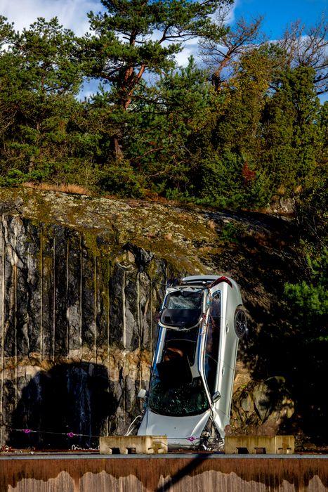 Volvo-distruge-masini-1-scaled746458bef0ad880c.jpg