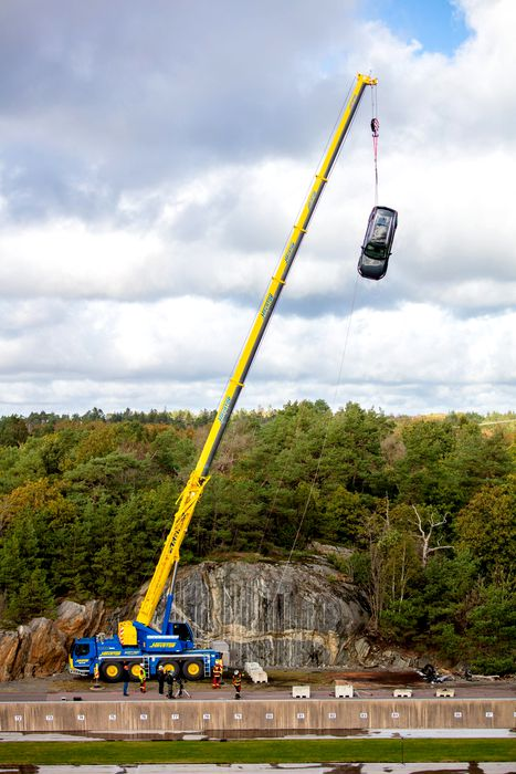 Volvo-distruge-masini-5-scaled3e081ae84522106f.jpg